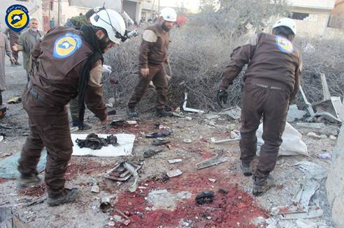 معالجة أحد المصابين في مدينة معرة مصرين بسبب القصف من بلدتي كفريا والفوعة